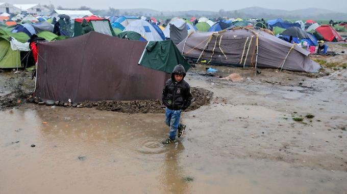 Im Aufnahmelager in Idomeni leiden Hunderte Menschen an schweren Erkältungen, Atemwegsbeschwerden und Durchfall.