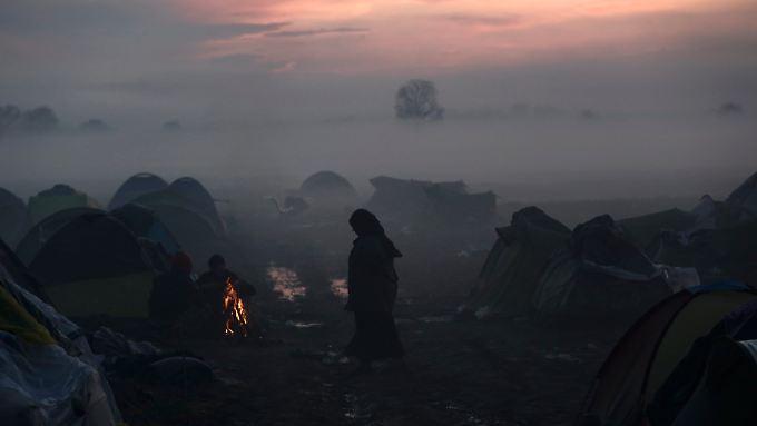 Das Flüchtlingslager Idomeni im Nebel.