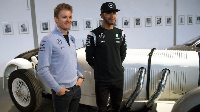 Gequältes Lächeln für die Presse: Mercedes-Dauerrivalen Nico Rosberg und Lewis Hamilton.