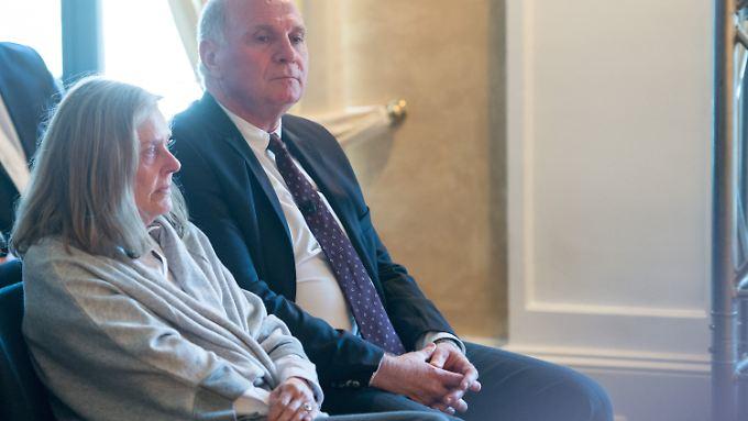 Die Laudatio auf seinen Freund Jupp Heynckes war für Uli Hoeneß nach seiner Haftstrafe der erste große Auftritt außerhalb Münchens.