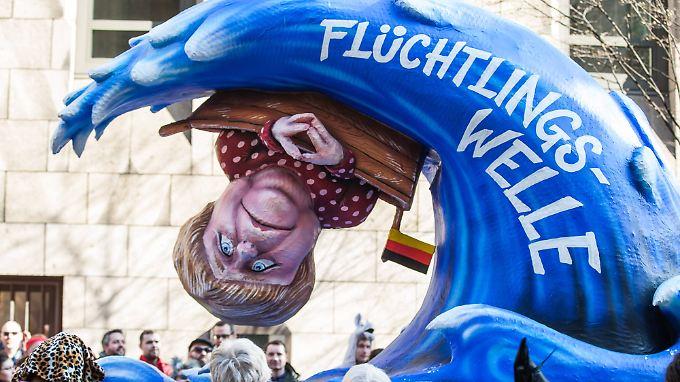 Am Wahltag wurde in Düsseldorf der Rosenmontagszug nachgeholt - auch dort war Merkels Flüchtlingspoilitik ein Thema.