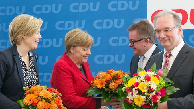 Blumen für die Wahlverlierer: Julia Klöckner, Guido Wolf und Reiner Haseloff zu Besuch bei CDU-Chefin Merkel.