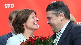 Sigmar Gabriel gratuliert Malu Dreyer, der einzigen Wahlsiegerin der SPD vom Sonntag.