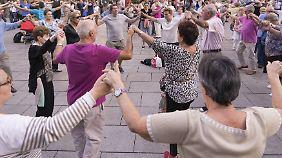Vor der Kathedrale: Bürger Barcelonas tanzen den katalanischen Volkstanz Sardana.