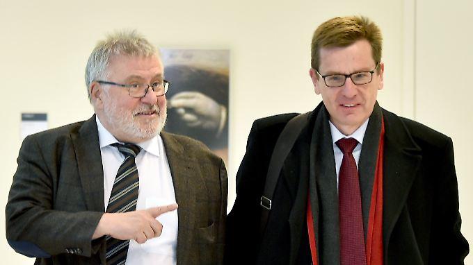 Sitzung des Sonderausschusses BER im Brandenburger Landtag: Flughafenkoordinator Rainer Bretschneider (l.) betritt mit Flughafenchef Karsten Mühlenfeld den Sitzungssaal.