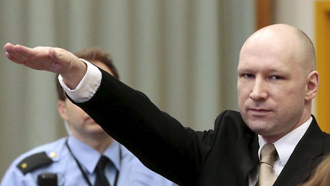 Der verurteilte Rechtsextremist Anders Behring Breivik zeigt zum Auftakt seiner Verhandlung den Hitlergruß.