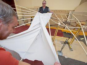 Der Leiter des Otto-Lilienthal-Museums, Bernd Lukasch (l.), und Mitarbeiter Ingolf Legat bauen in Anklam einen Flugapparat nach.