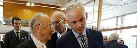 Eon-Chef Johannes Teyssen (rechts) diskutiert mit dem Bevollmächtigten seines Konzerns, Rupert Scholz.