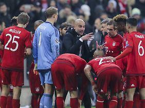 Guardiola schwört seine Mannschaft vor der Verlängerung auf den Sieg ein.