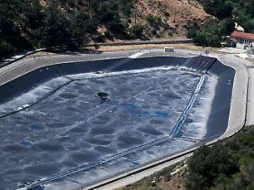 Leeres Wasserbecken oberhalb von Los Angeles.