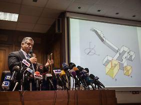 Antikenminister Damati stellt bei einer Pressekonferenz die bisherigen Ergebnisse vor.