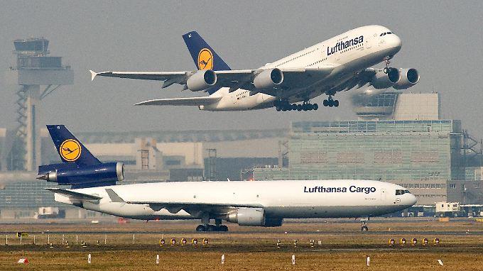 Die Lufthansa will Surfpakete künftig auf ausgewählten Flügen anbieten.