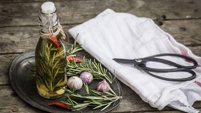 Elixier für ein gesundes Geschmackserlebnis: Olivenöl, Kräuter, Chili und Knoblauch.