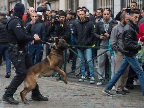 Aufgebrachte Atmosphäre: Mit einem Großaufgebot an Einsatzkräften riegelt die Polizei den Einsatzort in Molenbeek ab.