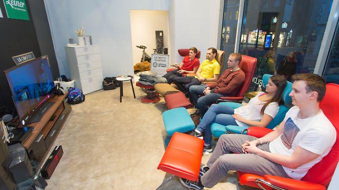 Johannes Spilka (l.), Markus Waldl , Zivan Pajkanovic, Nadine Pauser und Dominik Zeller hielten es 92 Stunden vor dem Fernseher aus.