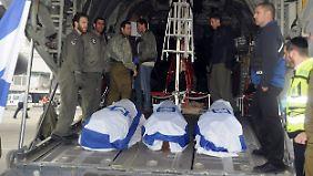 Drei Tote wurden mit einem Militärflugzeug nach Israel überführt.
