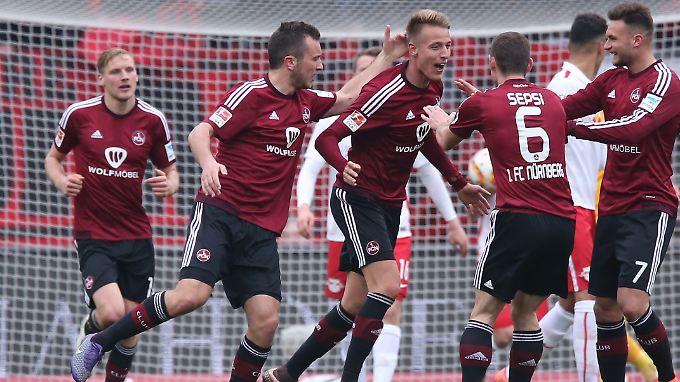 Der Nürnberger Ondrej Petrak jubelt mit seinen Kollegen Even Hovland, Danny Blum und Laszlo Sepsi über seinen Treffer zum 1:1.