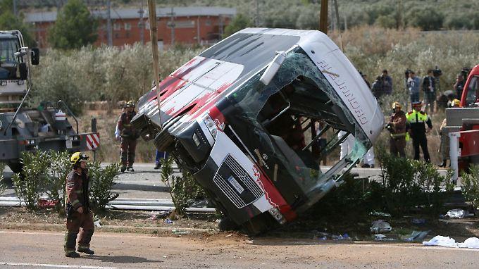 Der Bus geriet erst in den Gegenverkehr und kippte dann um.