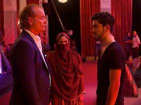 """Richie will den Produzenten der Sendung """"Afghan Star"""" von seiner Entdeckung überzeugen."""