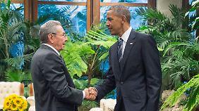 Historischer Handschlag: Raúl Castro empfängt Barack Obama