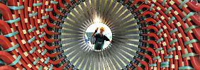 Im Siemens-Generatorenwerk in Erfurt kontrolliert ein Mitarbeiter die Bauteile eines Generatorständers.