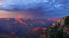 Der Grand Canyon Nationalpark setzt sich aus dem North Rim und dem South Rim zusammen, wobei die Mehrzahl der Besucher nur den South Rim besucht, denn dieses ist ganzjährig geöffnet. Der North Rim ist aufgrund der Wetterbedingungen lediglich zwischen Mitte Mai und Mitte Oktober zugänglich. Der Yaki Point, hier auf dem Bild, befindet sich am South Rim und kann nur per Shuttle erreicht werden.