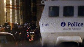 Schwer bewaffnete Polizisten durchkämmen Schaerbeek.