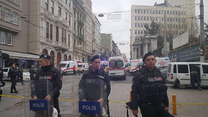 Nach dem Anschlag in der belebten Einkaufsstraße in Istanbul, riegelt die Polizei das Viertel ab.