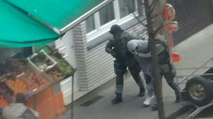 Salah Abdeslam bei seiner Festnahme im Brüsseler Stadtteil Molenbeek.