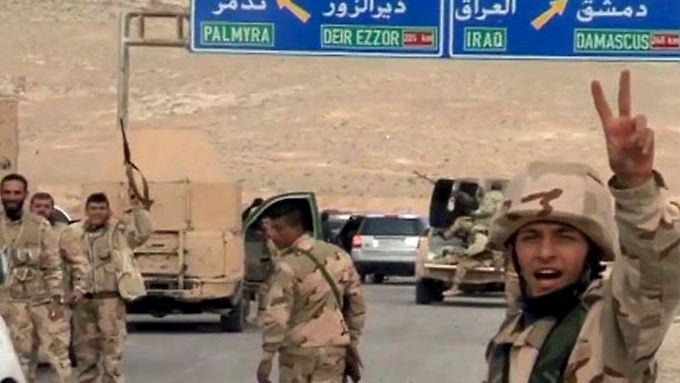 Syrische Soldaten beim Nachrücken in Richtung Palmyra.