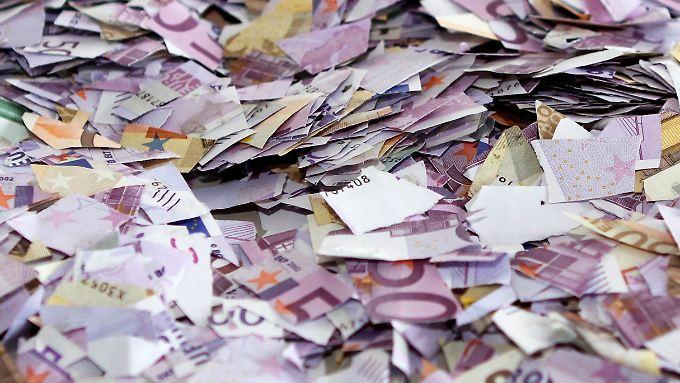 Die Frau hatte 37 Scheine mit einem Wert von je 500 Euro in kleine Schnipsel gerissen.