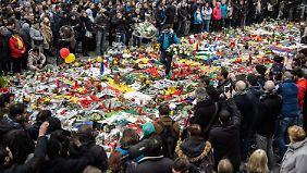 Auf dem Brüsseler Place de la Bourse gedenken Tausende Menschen der Opfer der Anschläge.