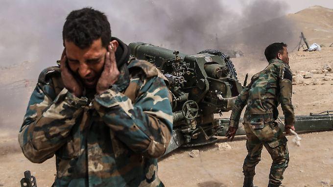 Syrische Artillerie vor Palmyra.