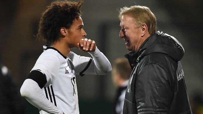 Horst Hrubeschs (r.) U21-Juniorenteam um Leroy Sané (l.) spielt bisher eine perfekte EM-Qualifikation.