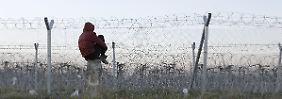 Ein Flüchtling schaut nahe des Flüchtlingslager Idomeni zur griechisch-mazedonischen Grenze.