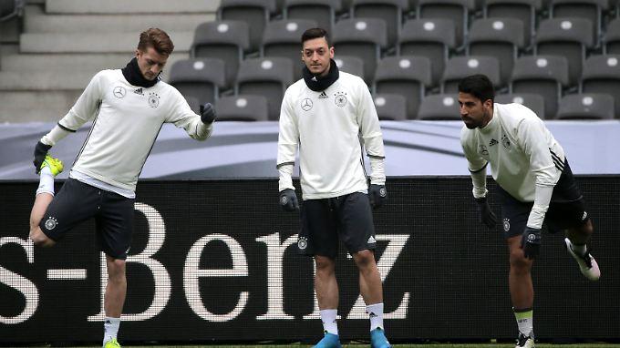 Marco Reus, Mesut Özil und Sami Khedira (l-r) bei dem Abschlusstraining der Nationalmannschaft im Olympiastadion.