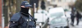 Ein Polizist überwacht in Argenteuil den reibungslosen Ablauf einer Razzia.