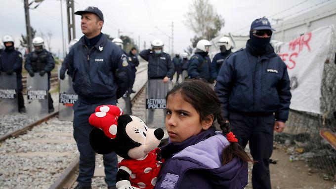 Die Grenze nahe Idomeni wird von griechischen Polizisten bewacht.