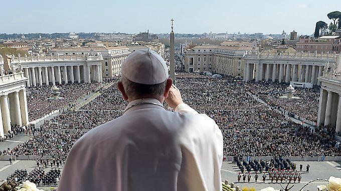 """Papst Franziskus segnet mit """"Urbit et Orbi"""" die Stadt und den Erdkreis."""