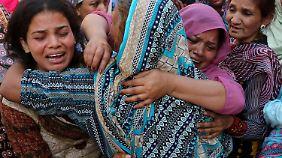 Mütter weinen um ihre toten Kinder.