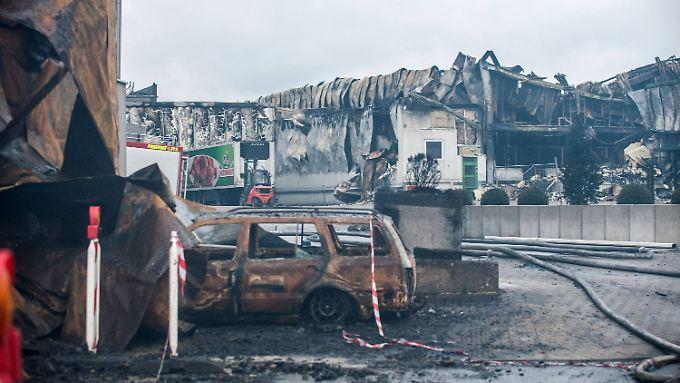 Mittlerweile ist das Feuer auf dem Betriebsgelände in Lohne gelöscht. Der Schaden liegt im zweistelligen Millionen-Bereich.