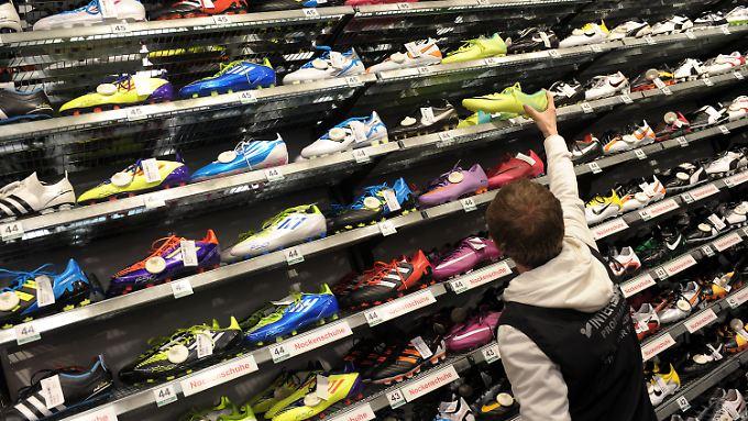 Der Fachhandel als Absatzmarkt für angesagte Sportartikel der Marken Nike und Adidas soll künftig limitiert werden.