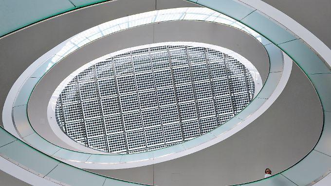 Blick zum Photovoltaikdach im Lichthof des neuen Verwaltungsgebäudes des Solartechnikherstellers SMA
