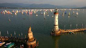 Vor dem Hafen von Lindau sammeln sich Boote zu einer Regatta.