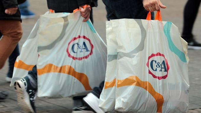 Freiwillige Selbstverpflichtung des Einzelhandels: Plastiktüten kosten künftig in vielen Geschäften Geld