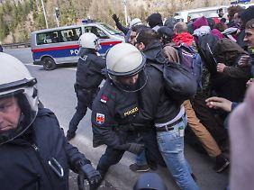 Gerangel beim symbolischen Grenzdurchbruch: Mehrere Beamte werden verletzt.