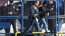 Die Rückführungen erfolgen im Modus 1:1. Jeweils ein Polizist geleitet einen Flüchtling außer Landes.