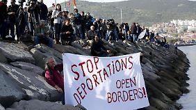 Umsetzung des Pakts mit der EU: Griechenland schiebt erste Flüchtlinge in die Türkei ab
