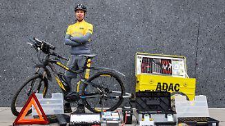 Pannenhelfer ohne Auto: Gelbe Engel fliegen mit dem E-Bike am Stau vorbei