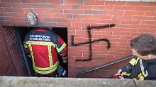 Vermutliche Brandstiftung: Täter schmieren Hakenkreuze an Hauswand